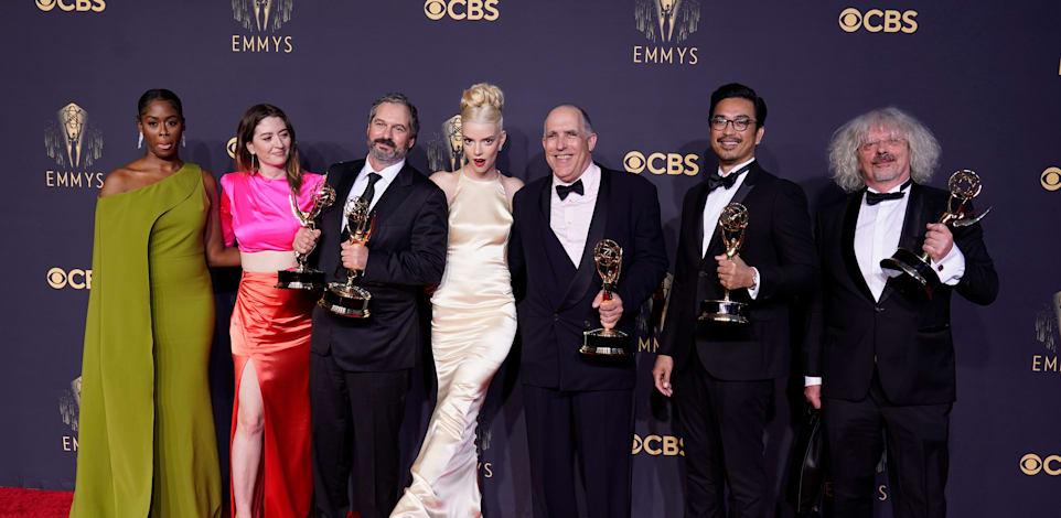 כוכבי ''גמביט המלכה'' על השטיח האדום בטקס פרסי האמי / צילום: Associated Press, Chris Pizzello