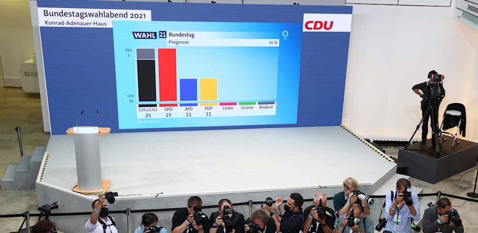 הצגת תוצאות המדגמים במטה המפלגה השמרנית / צילום: Reuters, Fabrizio Bensch