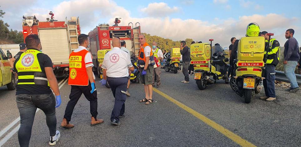 צוותי חילוץ והצלה בזירת התאונה / צילום: דוברות מד''א