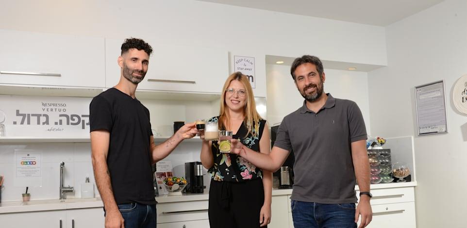 מימין: יניב זהר, נטע גנצין ולמר, עילי שוורצמן. במטבחון / צילום: איל יצהר