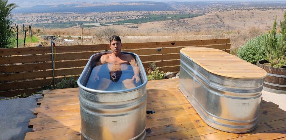 טבילה באמבט קרח במעלה גמלא / צילום: בר שלגי
