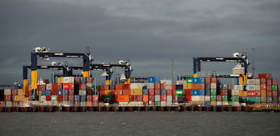 פריקת קונטיינרים בנמל פליקסטו, בריטניה / צילום: Reuters, PETER CZIBORRA