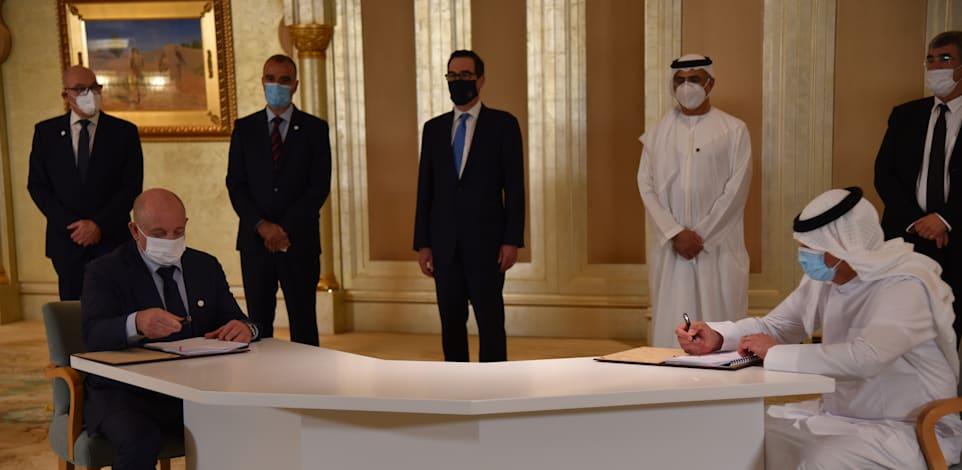 החתימה על הסכם קצא''א. מימין לשמאל: השאם עבד אחמד, ומנכ''ל קצא''א, איציק לוי / צילום: דוברות קצא''א