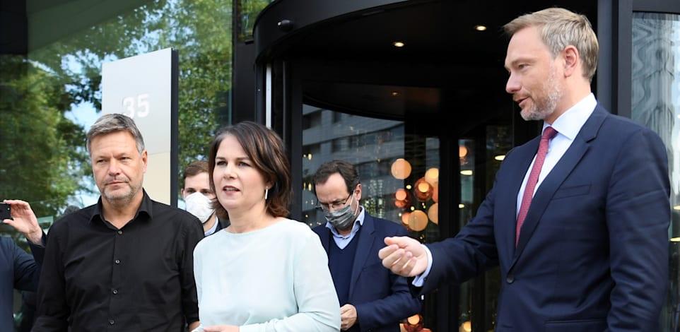 מימין: כרסיטאן לינדר, אנלנה ברבוק ורוברט האבק. האם יצליחו ליישב את המחלוקות ולהקים קואליציה? / צילום: Reuters, ANNEGRET HILSE