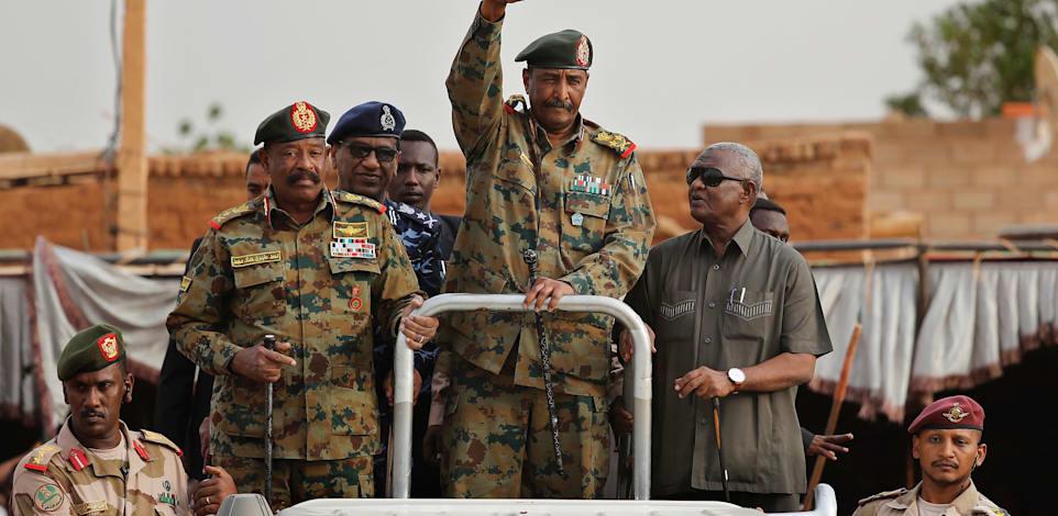 מנהיג ההפיכה בסודאן, הגנרל עבד אל־פתאח אל־בורהאן, מוקף בחייליו / צילום: Associated Press, Hussein Malla