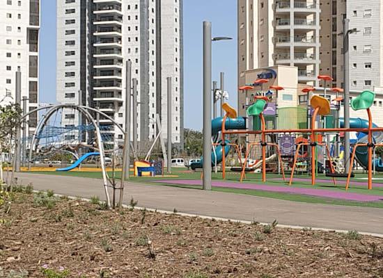 גן שעשועים בפתח תקווה. ''מרחב ציבורי גנרי, נטול  זהות מקומית'' / צילום: בר - אל