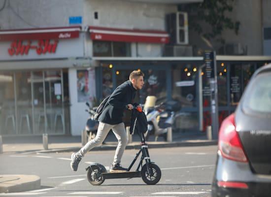 רוכב קורקינט בתל אביב / צילום: שלומי יוסף