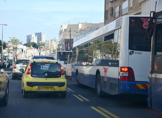 אוטובוסים עומדים בפקק / צילום: תמר מצפי