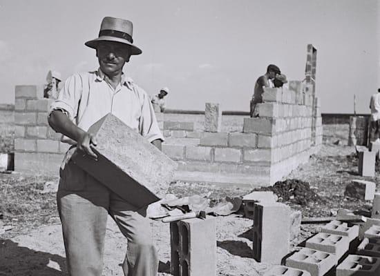 """עולה מצ'כיה עובד באתר הבנייה של מושב עין איילה, 1949 / צילום: קלוגר זולטן - לע""""מ"""