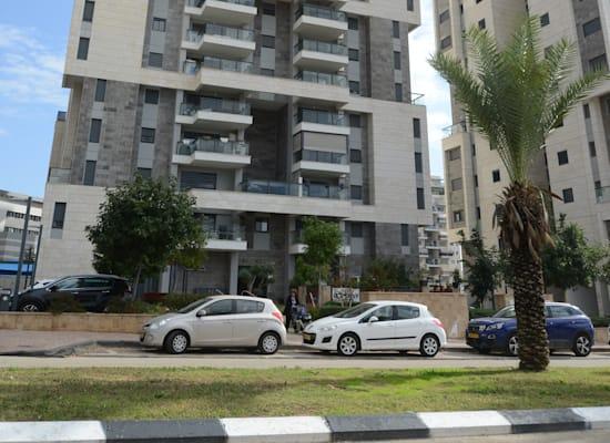 בנין רחוב אלונים 20 באר יעקב / צילום: איל יצהר