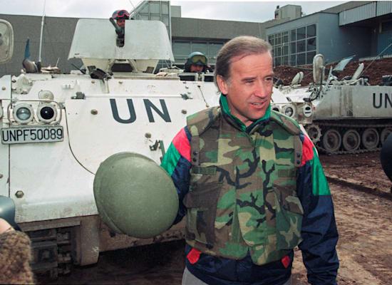 הסנאטור  ג'ו ביידן בסרייבו, 1993 / צילום: Associated Press, CHRIS HELGREN