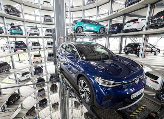 """מכוניות חשמליות חדשות של פולקסווגן מוצגות באירוע יח""""צ של החברה / צילום: Associated Press, Peter Steffen/dpa"""