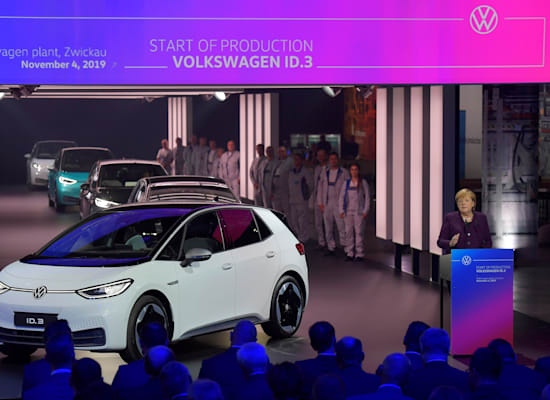 אנגלה מרקל בטקס לציון תחילת ייצור הדגם החשמלי ID.3 של פולקסווגן בנובמבר 2019 / צילום: Reuters, Matthias Rietschel