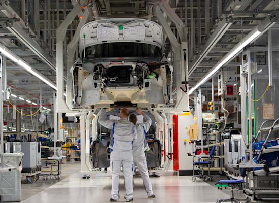 עובדים מרכיבים חלקים בדגם החשמלי ID.3 בפברואר 2020 / צילום: Associated Press, Jens Meyer