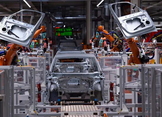 רובוטים מסיימים את הרכבת הדגם החשמלי ID.3 / צילום: Associated Press, Jens Meyer