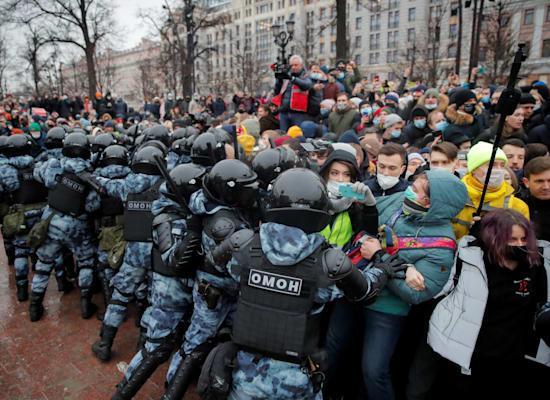 המשטרה במוסקבה מפזרת באלימות את ההפגנה נגד מעצרו של נבלני / צילום: Reuters, Maxim Shemetov