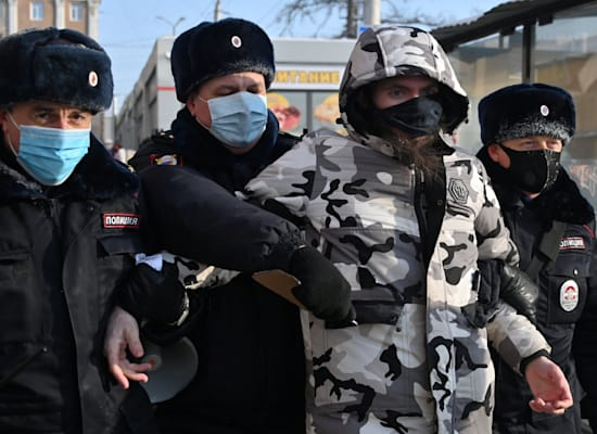 ההפגנות נגד מעצר נבלני: שוטרים עוצרים מפגין בעיר אוסמק ברוסיה / צילום: Reuters, Alexey Malgavko