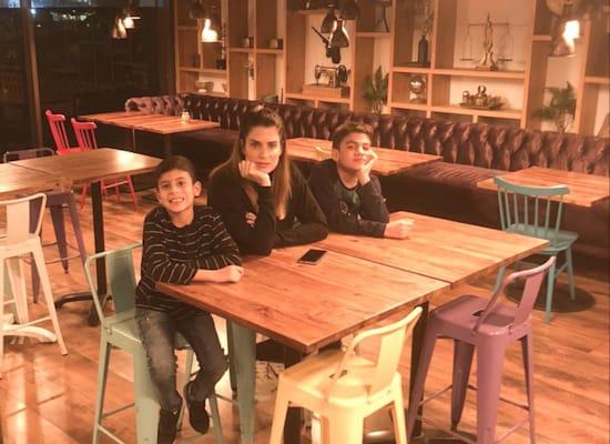 יעל בר וילדיה במסעדה / צילום: תמונה פרטית