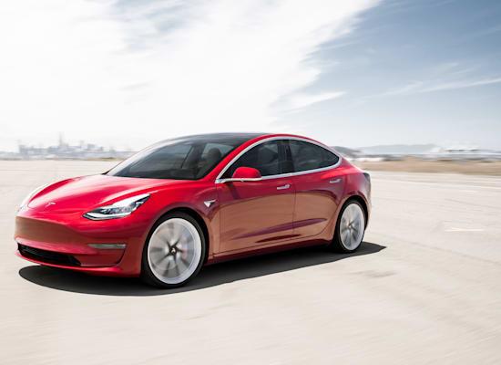 טסלה מדגם 3 בצבע אדום. נמכרו רק 4 מכוניות בצבע זה / צילום: Shutterstock