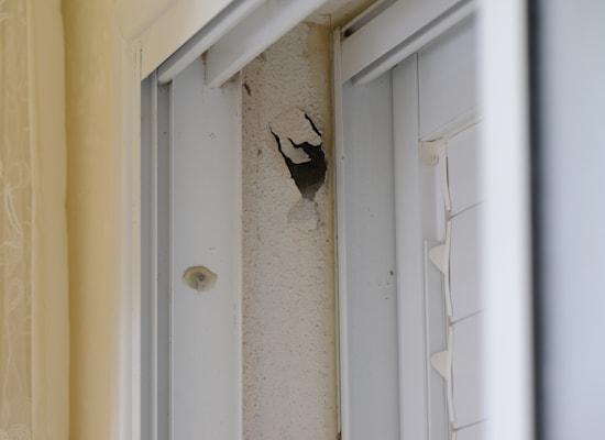 סימני הירי על בית משפחת אבו מועמר, רמלה / צילום: איל יצהר