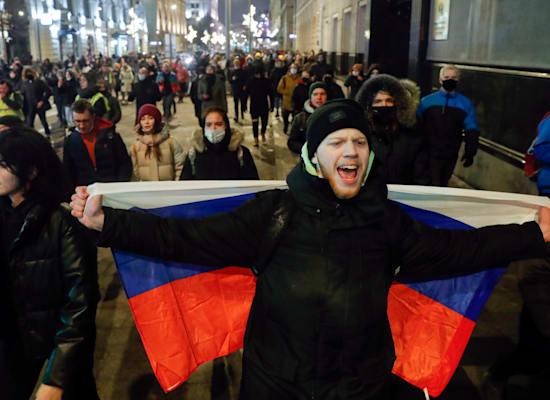 אלפים יצאו לרחובות במחאה נגד פסק הדין של אלכסיי נבלני / צילום: Associated Press, Pavel Golovkin