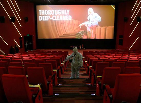 חיטוי של בית קולנוע בשל נגיף הקורונה, במומבאי. מה יקרה לבתי הקולנוע אחרי המגפה? / צילום: Reuters, Niharika Kulkarni