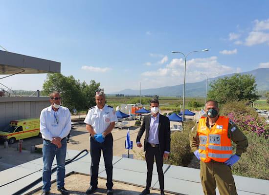 """ראש עיריית ק""""ש, אביחי שטרן, עם אנשי מד""""א / צילום: דוברות עיריית קרית שמונה"""