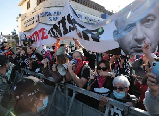 מפגינים מחוץ לדיון בתיק נתניהו / צילום: יוסי זמיר