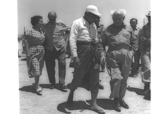 """רה""""מ בורמה, או נו, מבקר את בן גוריון בשדה בוקר, 1955. מערכת יחסים הדוקה בין המנהיגים / צילום: PAUL GOLDMAN, לע""""מ"""