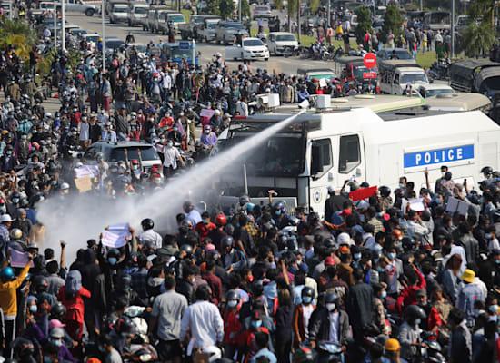 המשטרה במיאנמר משתמשת בזרנוקי מים נגד מפגינים / צילום: Associated Press, AP Photo