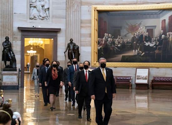צוות התביעה במשפט ההדחה של טראמפ חולף במסדרונות הסנאט / צילום: Associated Press, Alex Brandon
