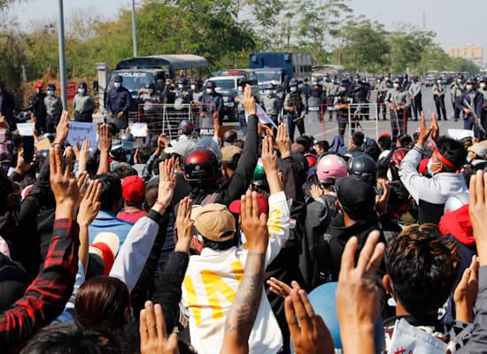 """מפגינים באסיה מצדיעים עם שלוש אצבעות כמו ב""""משחקי הרעב"""" / צילום: Associated Press"""