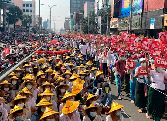מפגינים מכל הקבוצות במיאנמר חוסמים את הדרך הראשית בהפגנה נגד המשטר הצבאי שקם במדינתם / צילום: Associated Press