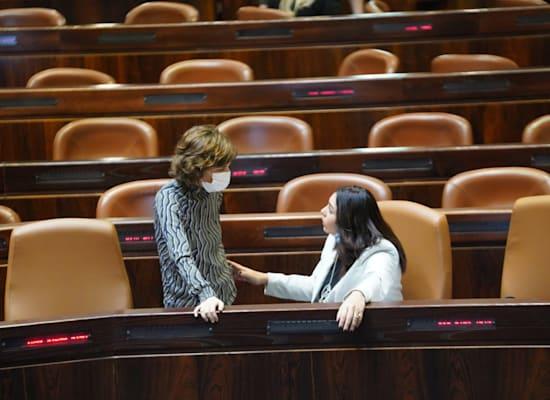 """השרה מירי רגב וח""""כ תמר זנדברג במליאת הכנסת בזמן הדיון בחוק / צילום: דוברות הכנסת"""