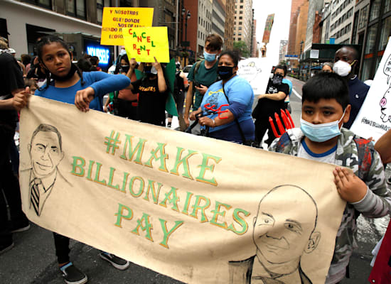 הפגנה בניו יורק בקריאה להטלת מס עושר. לא הדרך היחידה להתמודד עם הזינוק באי שוויון בנכסים / צילום: Reuters