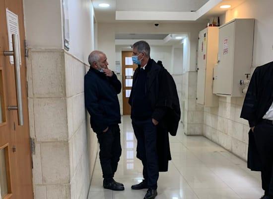רונאל פישר ועורך דינו אבי חימי / צילום: ניצן שפיר