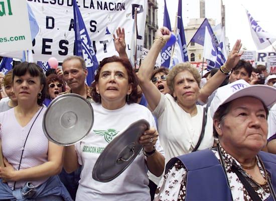 ארגנטינאים מפגינים נגד הממשלה בנובמבר 2000 במחאה על האבטלה הגוברת והכלכלה שדורכת במקום, בואנוס איירס / צילום: Reuters, STR New