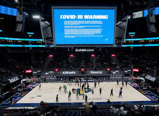"""""""אזהרת קורונה"""" משודרת לפני תחילת משחק NBA בסולט לייק סיטי, בפברואר 2021 / צילום: Associated Press, Rick Bowmer"""