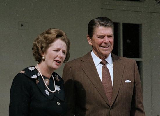 """רה""""מ בריטניה מרגרט תאצ'ר ונשיא ארה""""ב רונלד רייגן. צבעו את תקופתם בצבעי ההפרטה, דה־רגולציה, ו""""כלכלה חופשית"""" / צילום: Associated Press"""