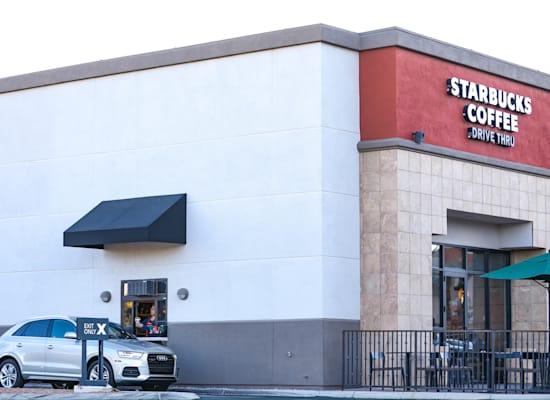 שלם וסע בסניף סטארבקס. 800 סניפים בשנה, רבים מהם עם מסלול איסוף / צילום: Shutterstock