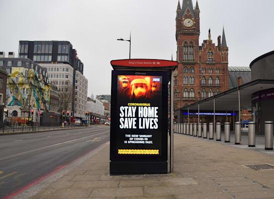 'המסר בבריטניה: 'הישארו בבית, תצילו חיים / צילום: Reuters, SOPA Images