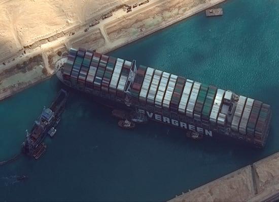 ספינת המטען ההאבר גיבן תקועה בתעלץ סואץ / צילום: Associated Press, Maxar Technologies