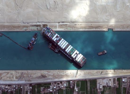 האבר גיבן תקועה בתעלת סואץ / צילום: Reuters, Maxar Technologies