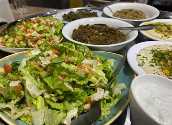 סלטים במסעדת עזבה / צילום: מינרווה דאוד
