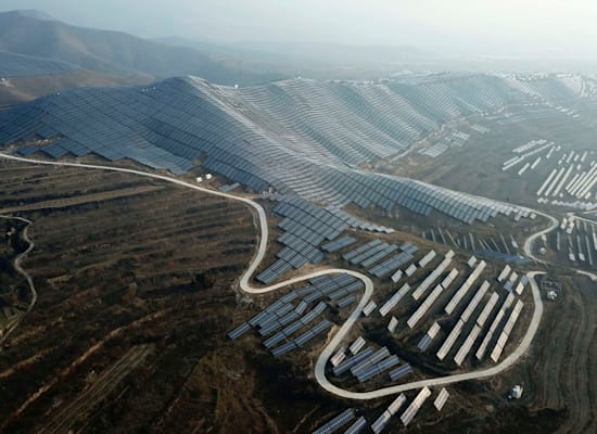 פאנלים סולאריים בסין. הפתרונות נעשו זולים / צילום: Associated Press, Sam McNeil