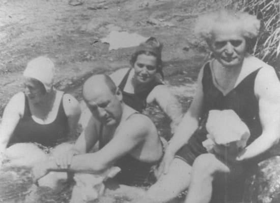 """דוד בן גוריון ושר האוצר הראשון של ישראל אליעזר קפלן רוחצים בעין פשחה בים המלח ב-1940 / צילום: לע""""מ"""