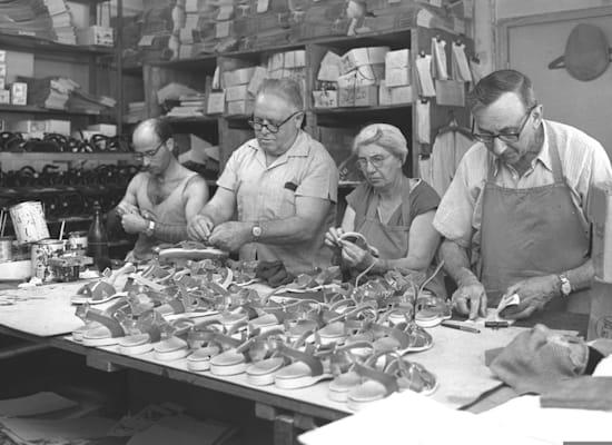 """מפעל נעליים וסנדלים בקיבוץ נאות מרדכי, 1964 / צילום: לע""""מ - פריץ כהן"""