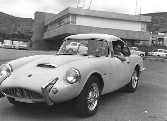 מכונית סברה ספורט מחוץ למפעל הישראלי בטירת הכרמל, 1967