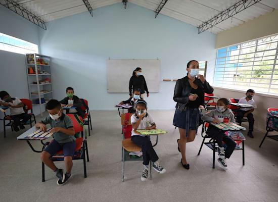 ילדים בבית ספר בקולומביה. ילדים בדרום אמריקה פספסו 149 ימי לימודים בממוצע בשנה האחרונה / צילום: Associated Press, Fernando Vergara