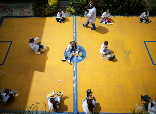 ילדים שומרים על מרחק חברתי בזמן הפסקה בבית ספר בקולומביה. 114 מיליון ילדים בדרום אמריקה נותרו מחוץ לכיתות בשל הקורונה / צילום: Associated Press, Ivan Valencia